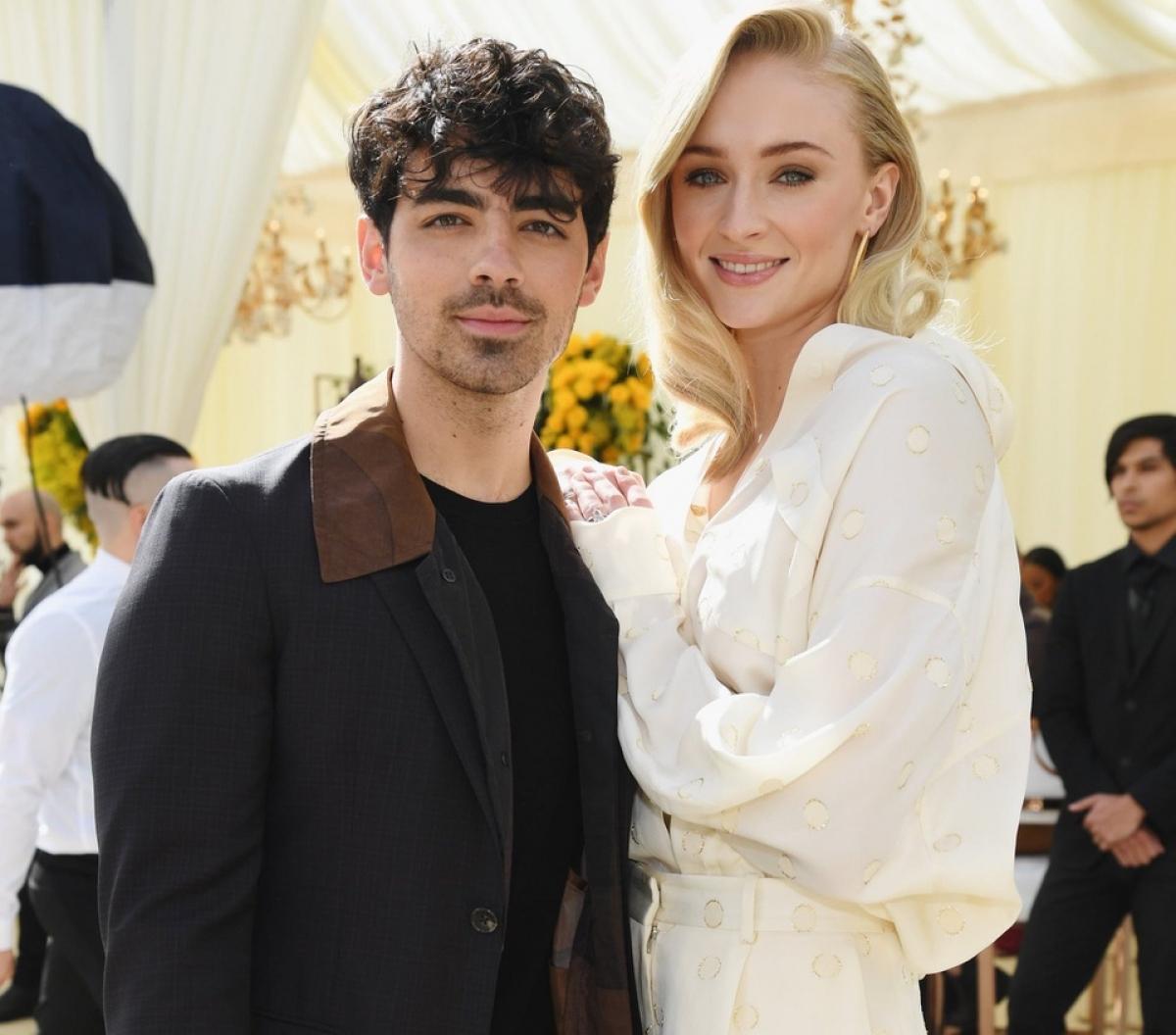 """Tháng 5/2019, sao phim """"Game of Thrones"""" tổ chức hôn lễ cùng bạn trai, sau khi tham dự lễ trao giải Billboard. Họ tổ chức lễ cưới bất ngờ ở Las Vegas."""