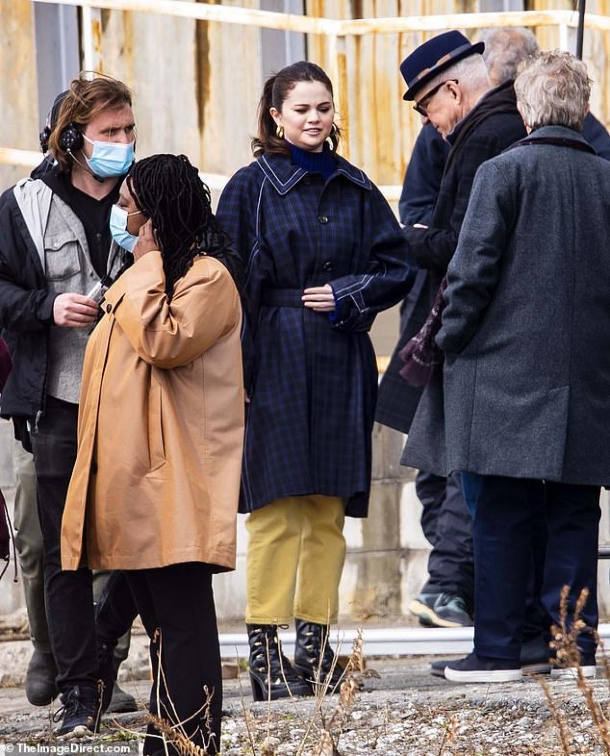 Ngoài việc đóng vai chính, Selena Gomez cũng tham gia sản xuất seri này cùng với Martin, Hoffman, Short, Dan Fogelman và Jess Rosenthal.