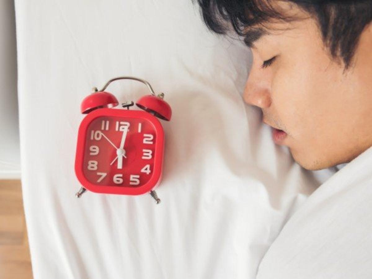 Ngủ nướng: Ngủ đủ 7 - 8 tiếng mỗi ngày là một thói quen tốt cho cơ thể. Nhưng nếu bạn ngủ tới 10 tiếng một ngày thì lại là một câu chuyện khác - chỉ số khối cơ thể của bạn sẽ tăng ngay. Ngủ nướng làm trì hoãn bữa sáng, khiến bạn ăn sáng quá muộn, từ đó gây rối loạn trao đổi chất.
