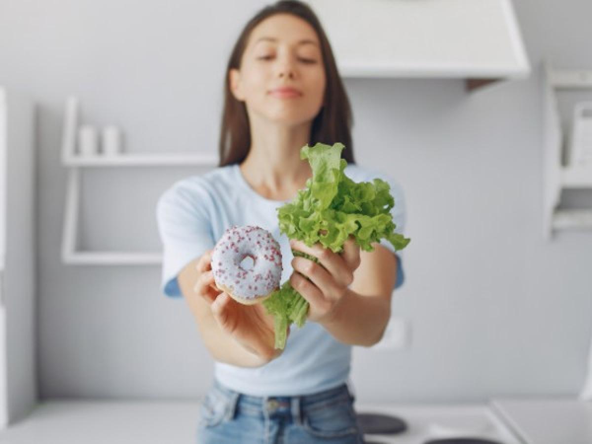 Ăn sáng quá ít: Ăn một bữa sáng quá nghèo nàn dinh dưỡng cũng là một trong những thói quen buổi sáng tồi tệ nhất. Một bữa ăn sáng lý tưởng cần cung cấp cho bạn từ 500- 600 calo, với các dưỡng chất như carbs, protein, các chất béo có lợi, vitamin, khoáng chất và các chất chống oxy hóa.