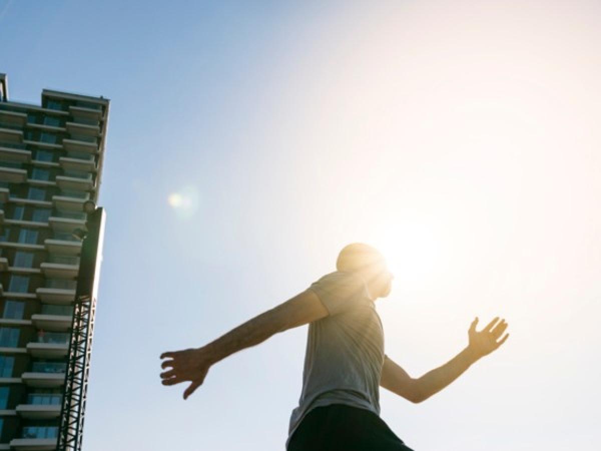Không hấp thu đủ ánh nắng mặt trời: Bạn có biết rằng không tiếp xúc đủ với ánh nắng mặt trời cũng có thể gây tăng cân? Nghiên cứu cho thấy các tia UV từ ánh nắng buổi sáng có lợi cho sức khỏe vì chúng có thể cung cấp năng lượng cho cơ thể, đồng thời cải thiện các hoạt động trao đổi chất./.