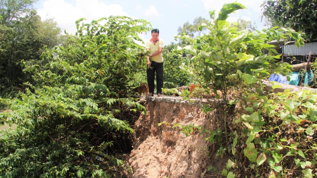 Người dân ấp Bình Phú, xã Bình Phước Xuân bức xúc vì sạt lở.
