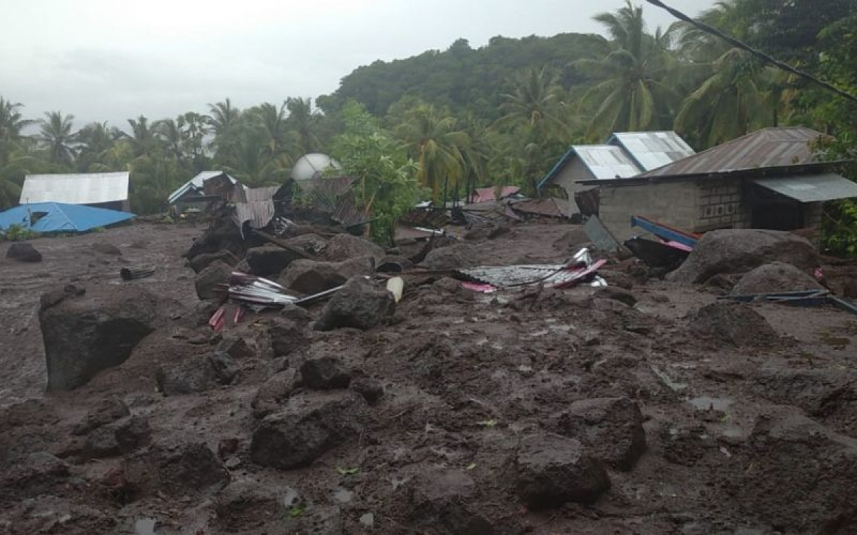 Các ngôi nhà bị vùi lấp ở Đông Flores sáng 4/4. Nguồn: Cơ quan quản lý thảm họa Đông Flores