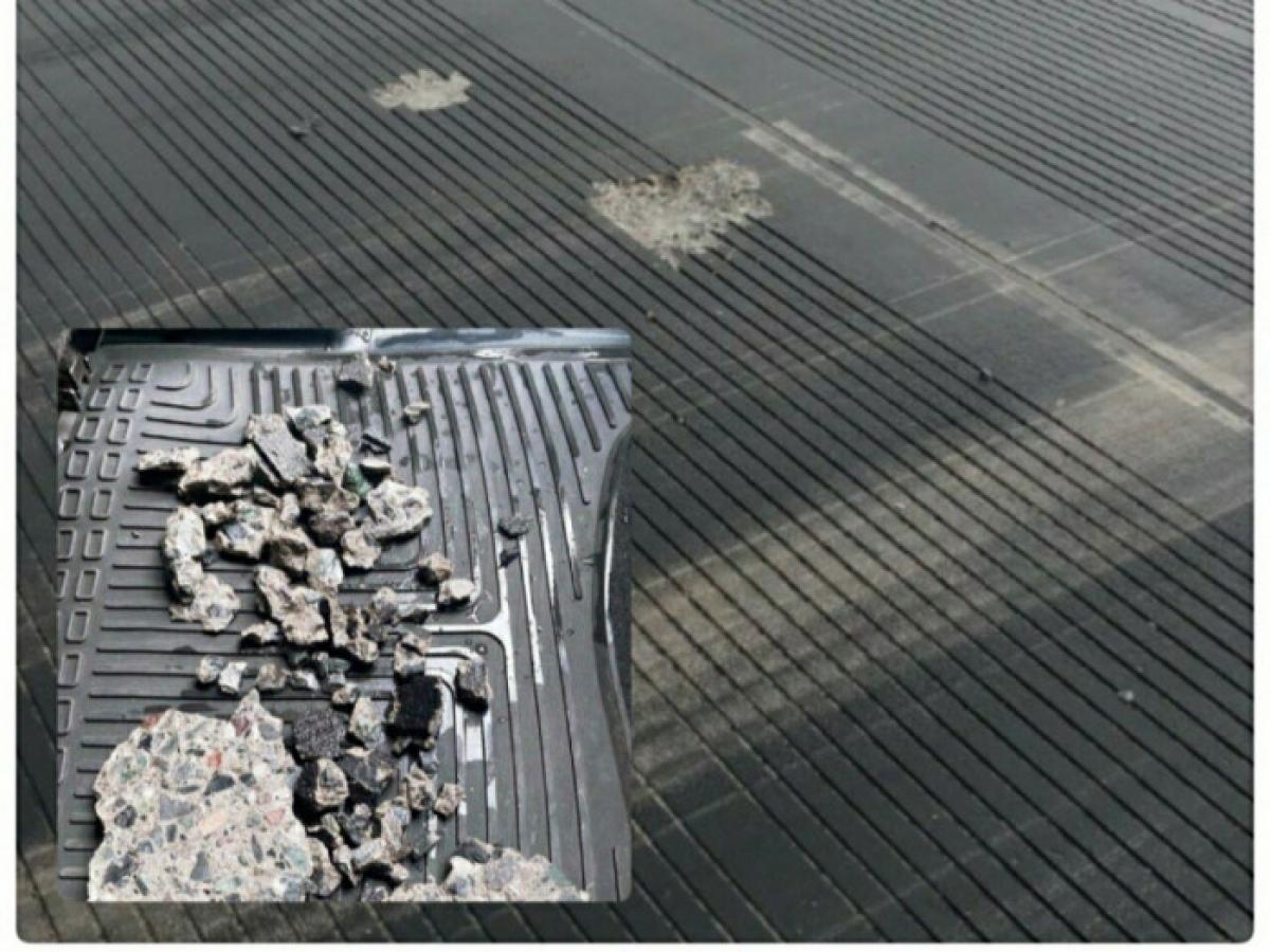 Hình ảnh bê tông trên mặt đường băng 25R bị bong bật được nhân viên kỹ thuật thu gom chiều nay.