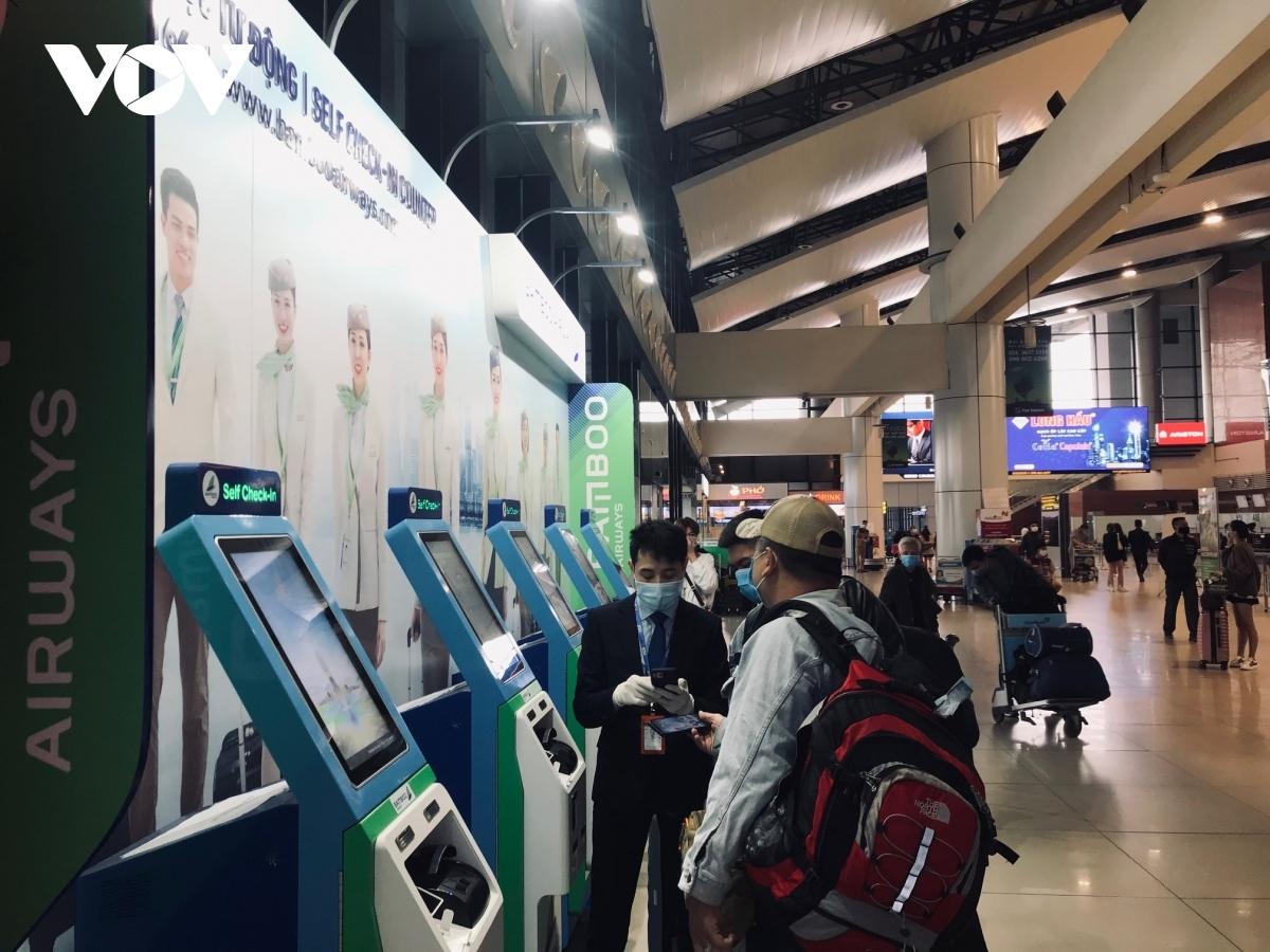 Cục HKVN khuyến cáo, khách đi máy bay chủ động khai báo y tế để giảm ùn tắc sân bay dịp lễ 30/4.