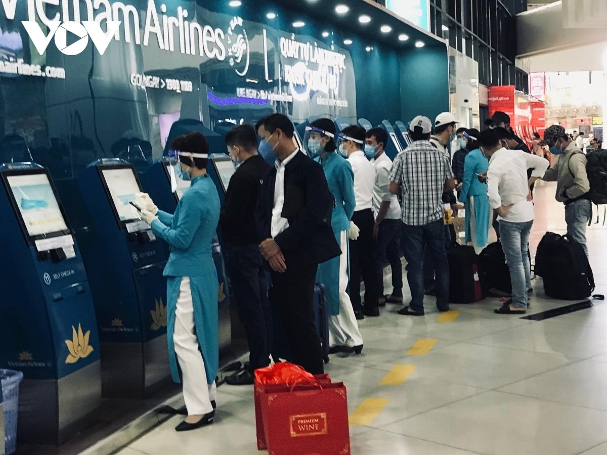 Các hãng hàng không thực hiện nghiêm túc việc hướng dẫn hành khách khai báo y tế điện tử khi làm thủ tục trực tuyến tại website: https://tokhaiyte.vn hoặc trên ứng dụng Tờ khai y tế (Vietnam Health Declaration) mục Khai y tế nội địa.