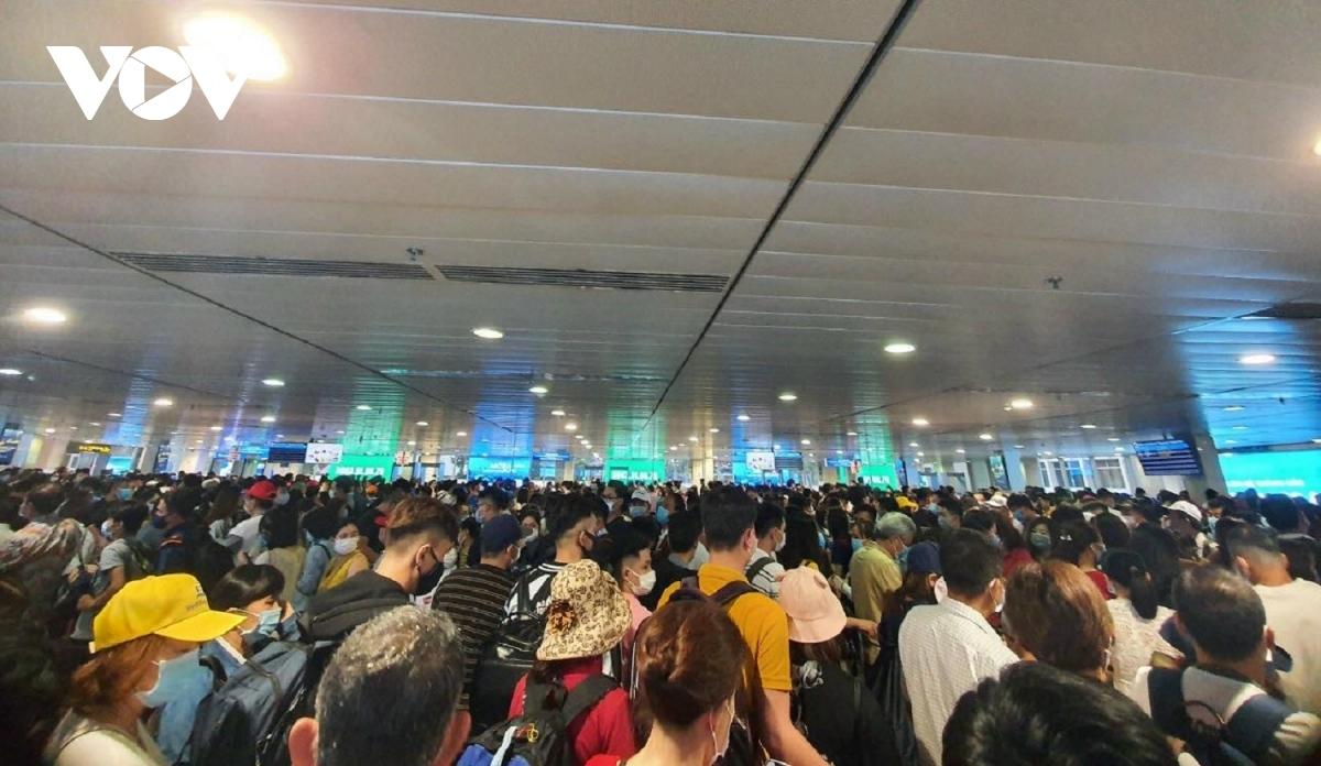Cảnh ùn tắc tại sân bay Tân Sơn Nhất ngày 17/4.