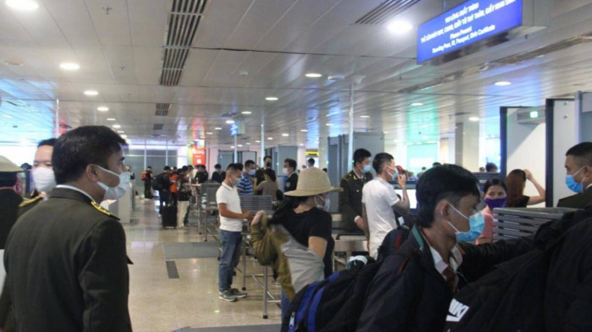 Sau khi được lắp đặt thêm 5 máy soi chiếu, khu vực soi chiếu của sân bay Tân Sơn Nhất khá thoáng.