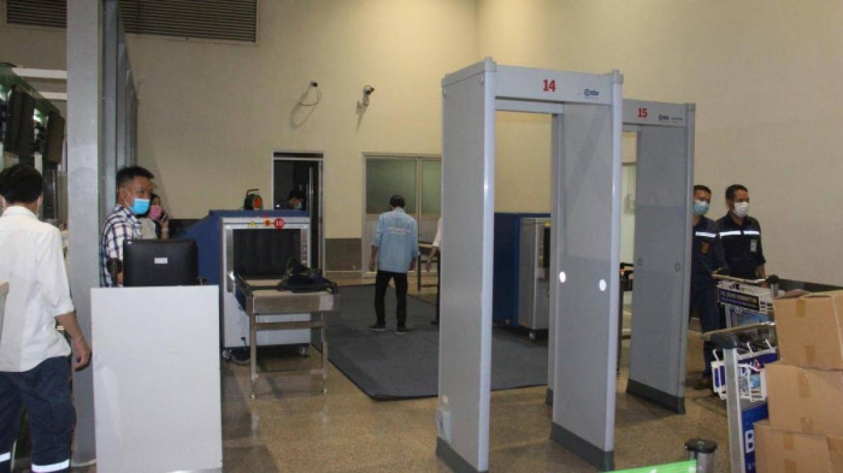 Sân bay Tân Sơn Nhất đã lắp thêm 2 máy soi chiếu tại khu vực gần quầy hãng Bamboo để chia tải.