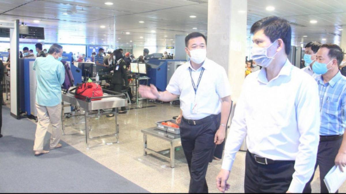 Thứ trưởng Bộ GTVT Lê Anh Tuấn kiểm tra khu vực an ninh soi chiếu tại Tân Sơn Nhất.