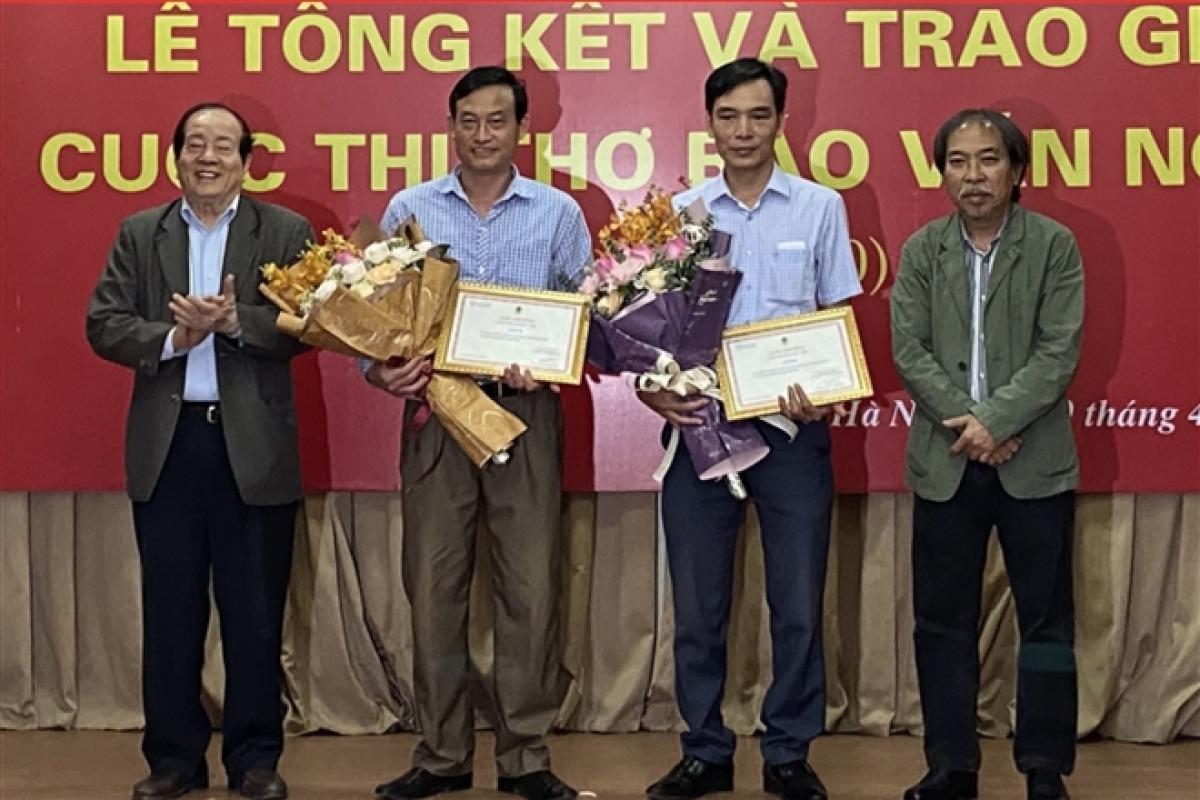 Nhà thơ Hữu Thỉnh (ngoài cùng bên trái) và nhà thơ Nguyễn Quang Thiều (ngoài cùng bên phải) trao giải B cho các tác giả Tòng Văn Hân (thứ hai từ trái sang) và Nguyễn Văn Song.