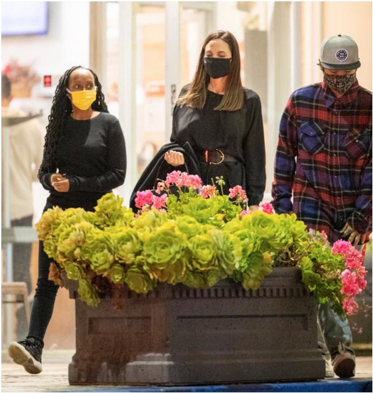 Angelina Jolie vừa được các tay săn ảnh bắt được khoảnh khắc cùng hai con là Pax Thiên và Zahara tới nhà hàng Sushi Park tại một trung tâm thương mại ở Sunset Boulevard tối thứ 22/4 vừa qua.