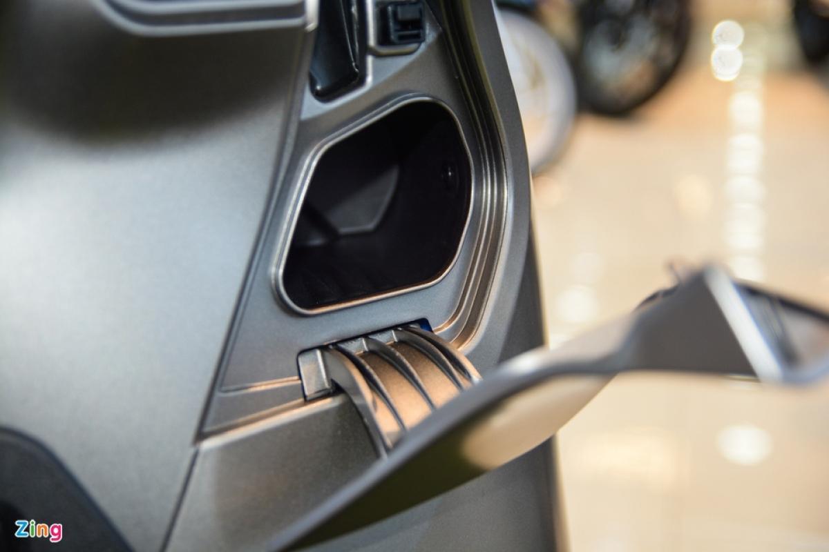 Bên cạnh ổ khóa được Honda trang bị thêm một hộc chứa đồ nhỏ. Hộc chứa đồ này không có khóa nên chỉ để được các vật dụng như khẩu trang hay găng tay mỏng.