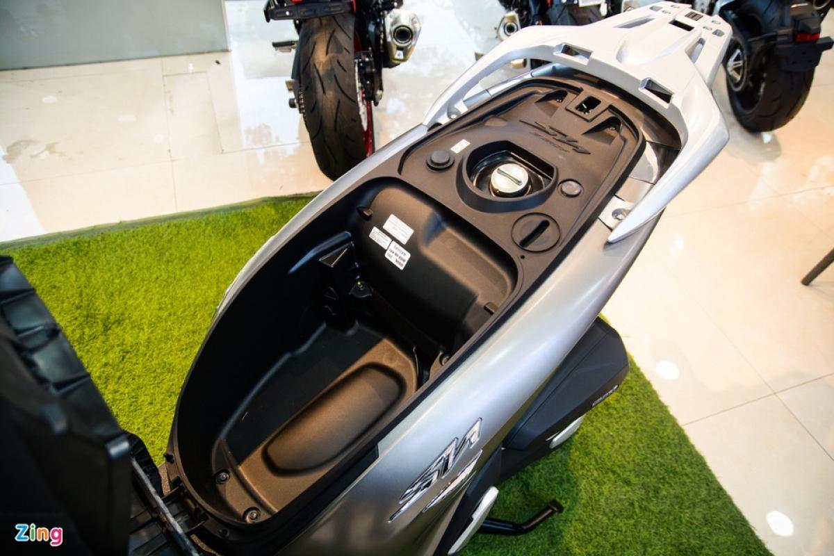 SH 350i vẫn có bình xăng đặt dưới yên, đồng nghĩa với thể tích hộc chứa đồ dưới yên không được rộng rãi như SH 150i và 125. Bình xăng của SH 350i có dung tích 9,1 lít.