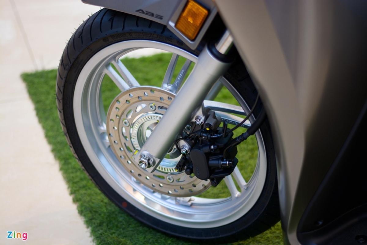 Hệ thống treo phía trước vẫn là dạng ống lồng truyền thống. Xe sử dụng kẹp phanh 2 piston ở phía trước kết hợp cùng kẹp phanh một piston ở phía sau, cả 2 phanh đều trang bị công nghệ ABS.