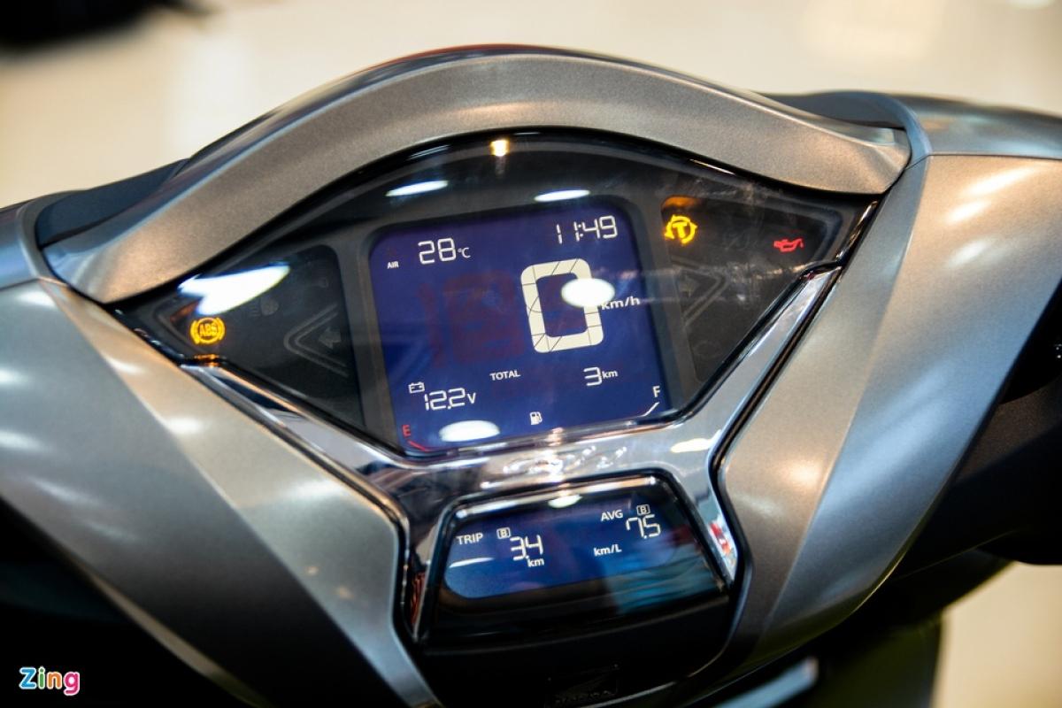 Màn hình trên xe được chia thành 2 phần chính. Cụm màn hình kỹ thuật số kết hợp với đèn báo hiệu phía trên hiển thị các thông tin về tốc độ, thời gian, nhiệt độ, màn hình nhỏ phía dưới hiển thị quãng đường đã di chuyển, mức tiêu hao nhiên liệu trung bình...