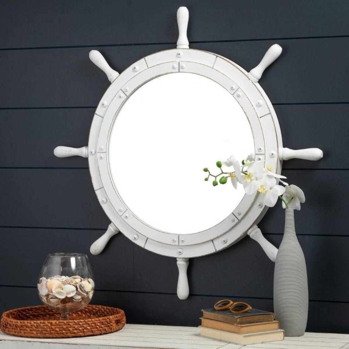 Chiếc gương này lại lấy cảm hứng từ bánh lái tàu, màu trắng của gỗ khiến ta gợi nhớ đến những vùng biển đầy nắng gió xa xôi.