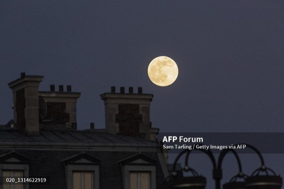Siêu trăng hồng ở Paris (Pháp).