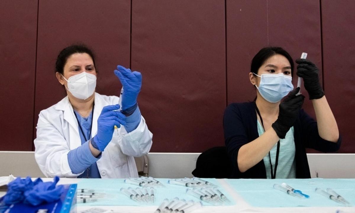 Nhân viên y tế chuẩn bị các mũi tiêm vaccine Covid-19 của J&J ở Detroit ngày 12/4. Ảnh:AP