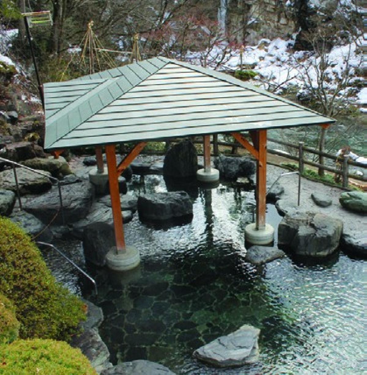 Ở Fukushima có rất nhiều suối nước nóng có lịch sử hoạt động lâu đời; như suối nước khoáng nóng Lizaka với 1.000 nămtuổi, suối nước khoáng nóng Higashiyama với 1.300 năm tuổi. Ngâm mình trong nước khoáng nóng rất có lợi cho sức khỏe, vì thế đây là trải nghiệm du khách không nên bỏ qua khi tới Fukushima.