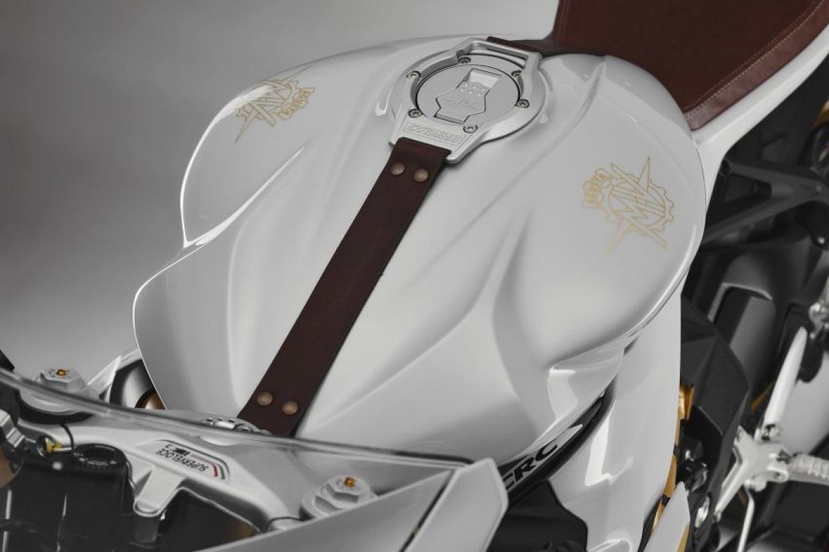 Điểm khác biệt của chiếc Superveloce S so với chiếc Superveloce là yên xe được bọc da Alcantra màu nâu cùng với dây đeo bình xăng bằng da. La-zăng sơn vàng gold và sử dụng lốp cao su Pirelli Diablo Rosso Corsa II.
