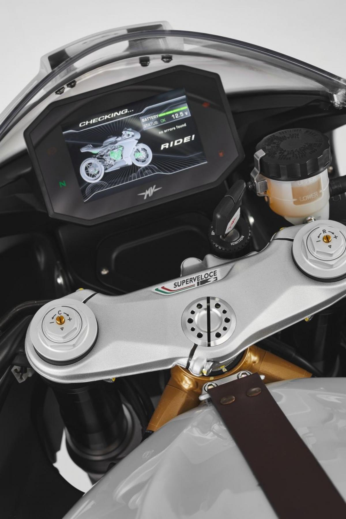 Chiều cao yên được thiết lập ở mức 830 mm và trọng lượng 173 kg cùng bình xăng dung tích 16,5 lít. MV Agusta cho biết, với bình xăng này xe có thể chạy được 270 km với chu kỳ kết hợp.