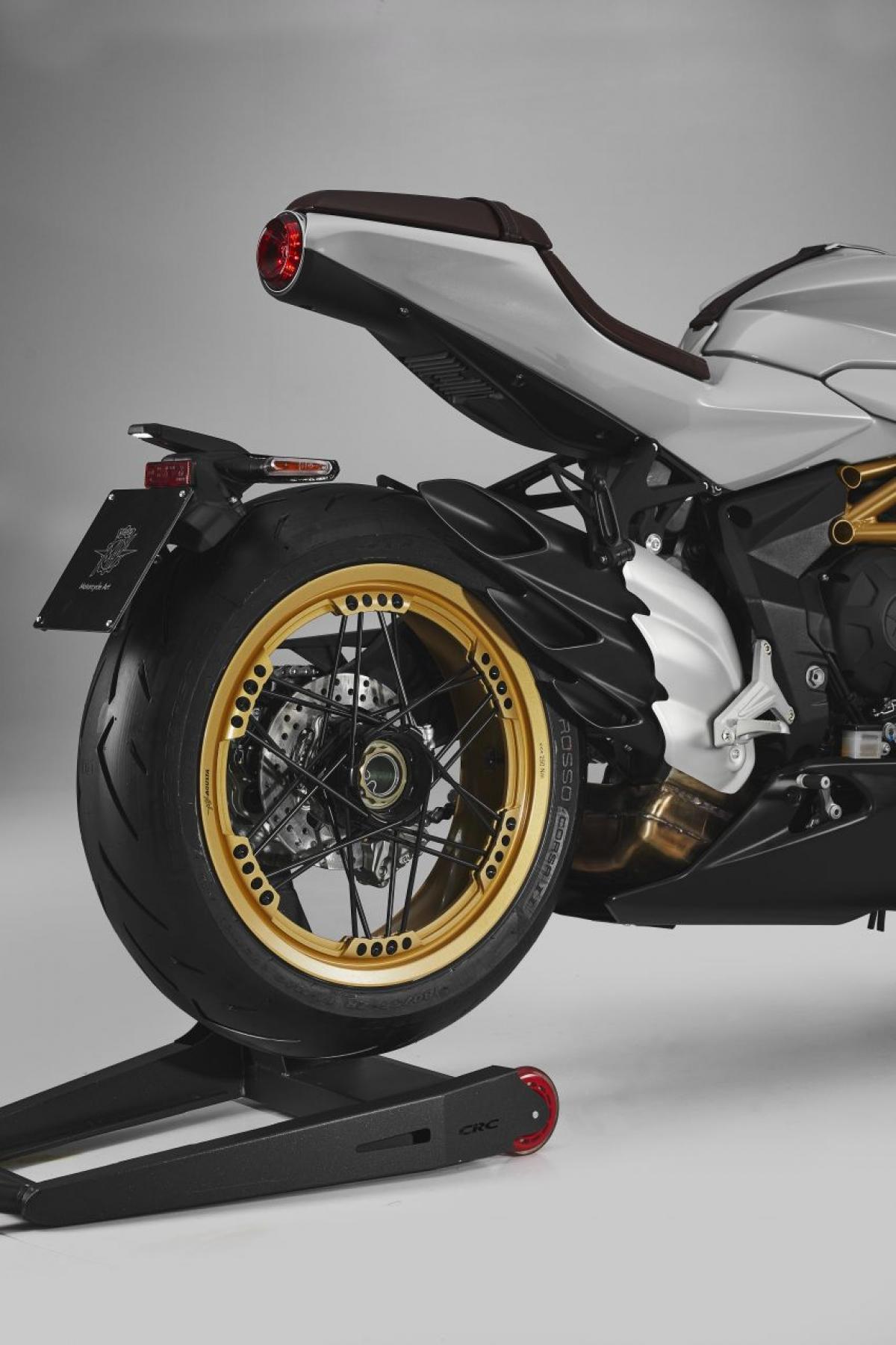 Mỗi chiếc Superveloce S cũng được trang bị bộ Racing Kit bao gồm ống xả Racing 3 với chức năng lập bản đồ động cơ chuyên dụng và tấm che ghế sau.