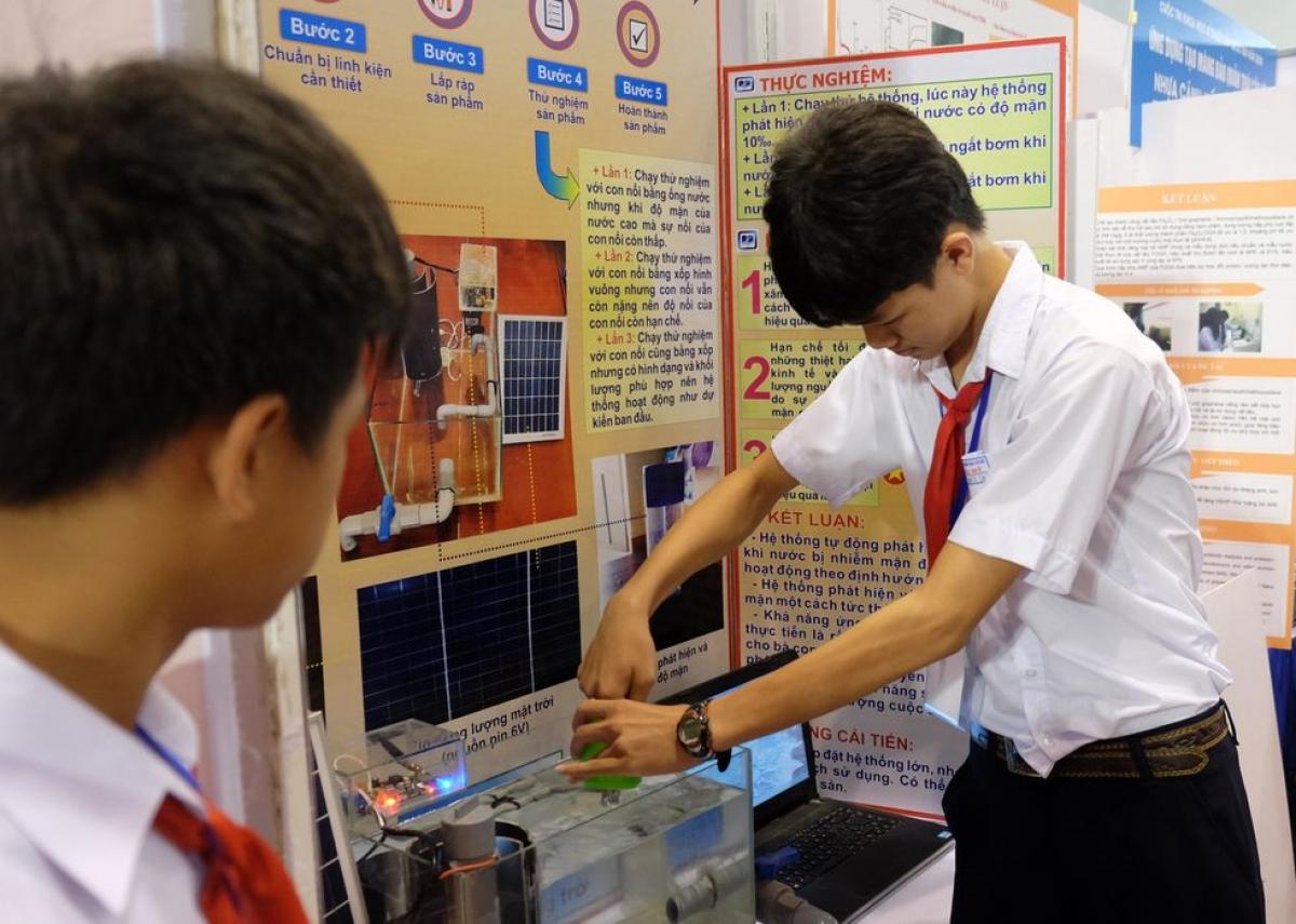 Học sinh trình bày sản phẩm nghiên cứu khoa học. (Ảnh minh hoạ)