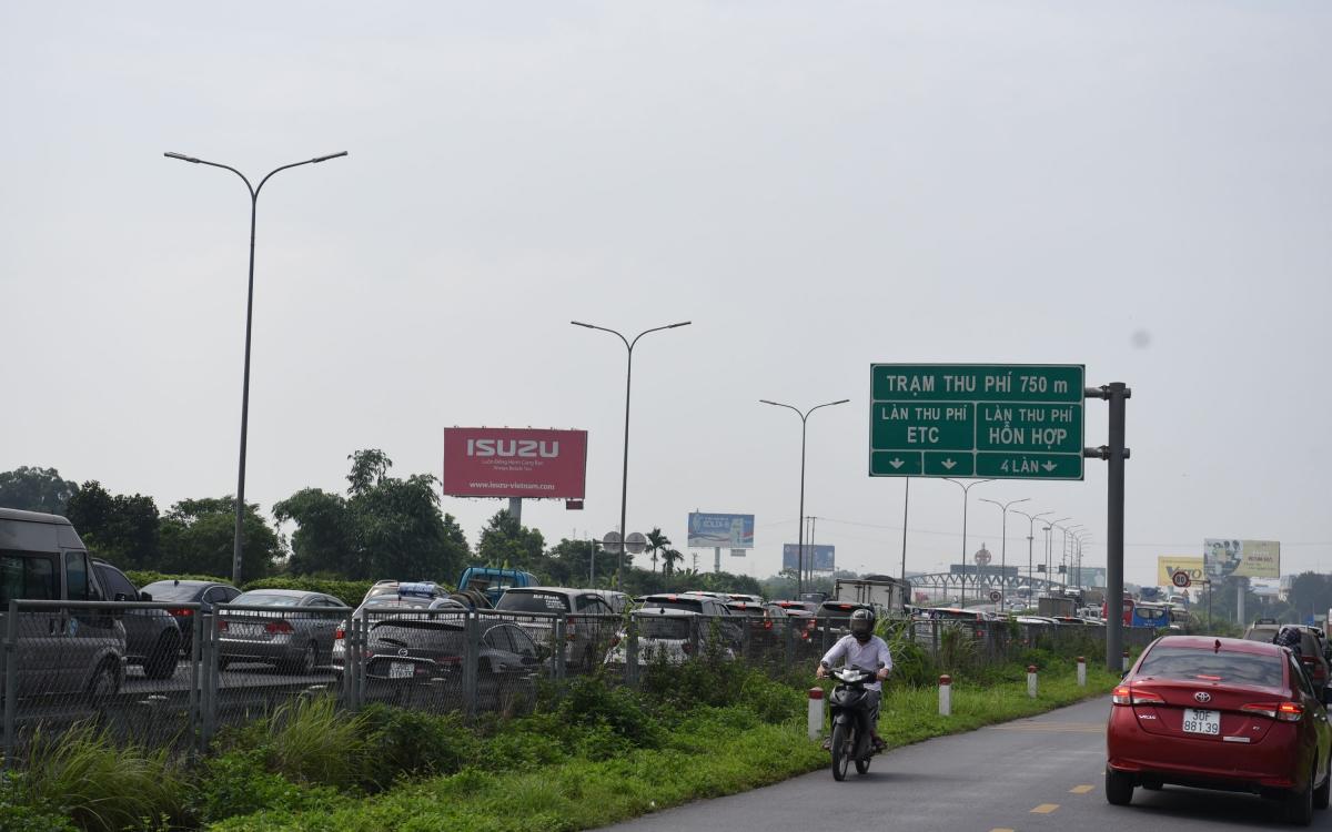 """Cục CSGT cho biết, trong ngày 29/4, các tuyến đường vành đai và tuyến cao tốc Pháp Vân – Cầu Giẽ - Ninh Bình rất """"nóng"""" do lưu lượng đi lại của người dân tăng đột biến.Trên tuyến cao tốc này đã xảy ra 2 vụ, một vụ ô tô gặp sự cố cháy vào lúc 13h30 phút và một vụ va chạm liên hoàn giữa 4 xe ô tô vào lúc 18h. Nguyên nhân ban đầu xác định do các xe đã không tuân thủ các chỉ dẫn của lực lượng CSGT và không giữ khoảng cách an toàn giữa các xe với nhau."""