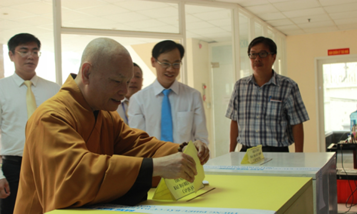 Hòa thượng Thích Thiện Nhơn - Chủ tịch HĐTS GHPGVN tham gia bầu cử đại biểu Quốc hội khóa XIV và bầu cử HĐND các cấp nhiệm kỳ 2016- 2021. (Ảnh: Báo CA TPHCM)