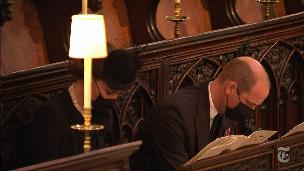 Vợ chồng Hoàng tử William cúi đầu mặc niệm khi nghe thánh ca tại tang lễ Hoàng thân Philip. Ảnh: Telegraph./.