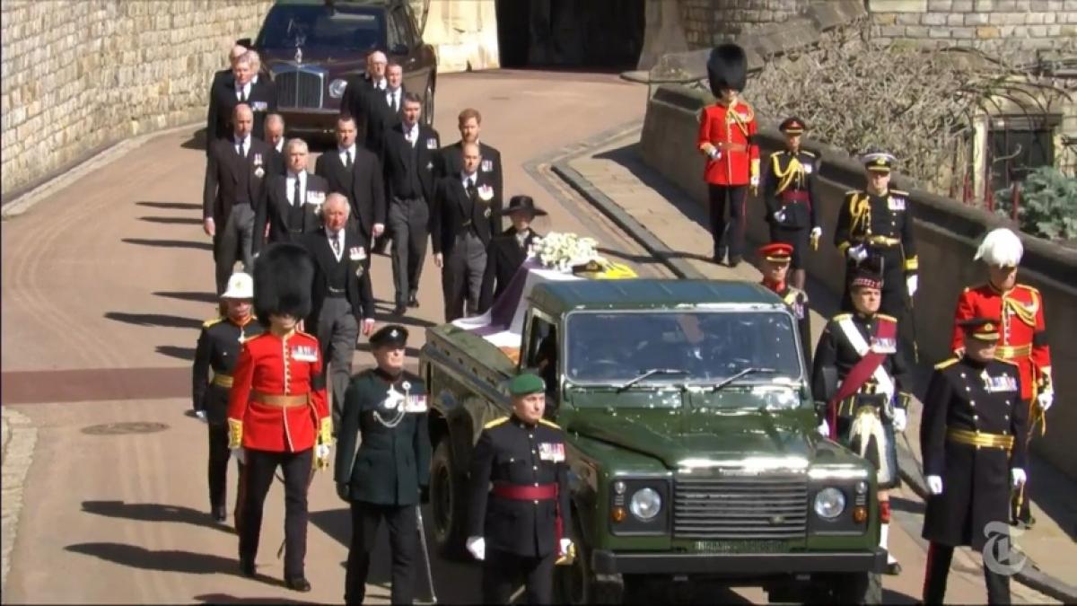 Các thành viên trong Hoàng gia Anh đi phía sau xe tang của Hoàng thân Philip. Ảnh: Telegraph