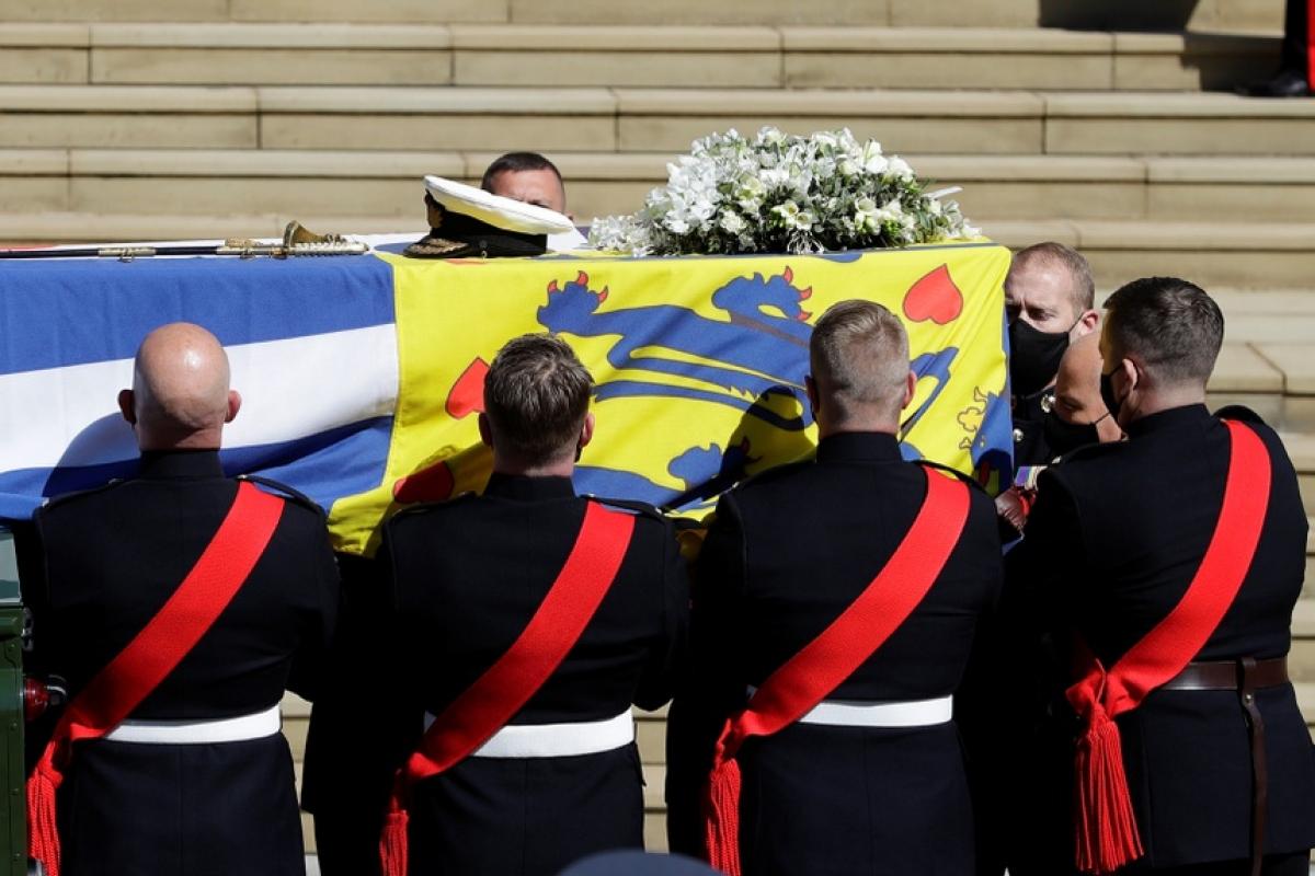 Linh cữu của Hoàng thân Philip được đưa xuống xe và đưa vào trong nhà nguyện St. George. Ảnh:Reuters.