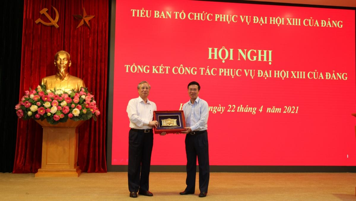 Thường trực Ban Bí thư Võ Văn Thưởng trao quà lưu niệm của Tiểu ban cho ông Trần Quốc Vượng.