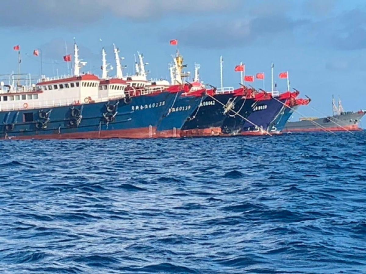 Tàu Trung Quốc, được cho là do dân quân điều khiển, đậu hàng đoàn ở đá Ba Đầu, thuộc quần đảo Trường Sa của Việt Nam, ngày 27/3. Ảnh: Lực lượng bảo vệ bờ biển Philippines