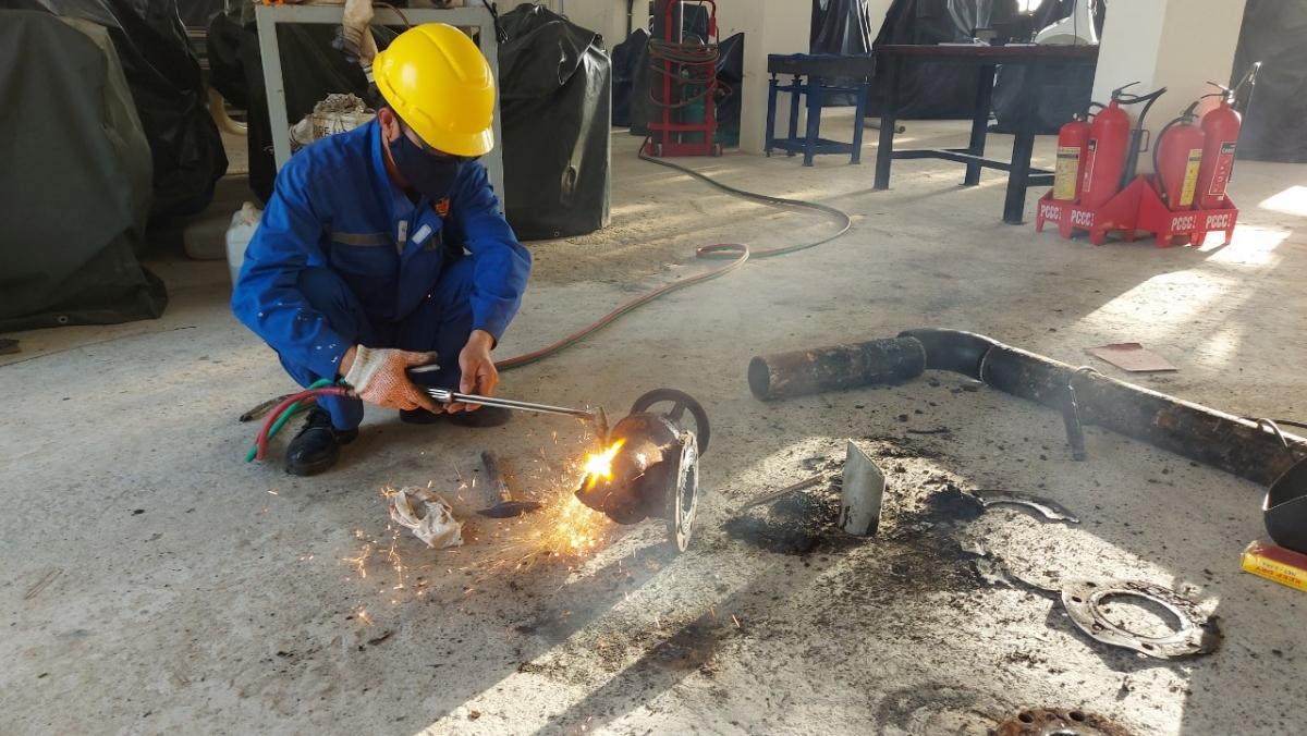 Nhân viên Trung tâm Dịch vụ HC-KT đảo Trường Sa khắc phục sự cố hỏng bô của tàu cá PY 96377 TS