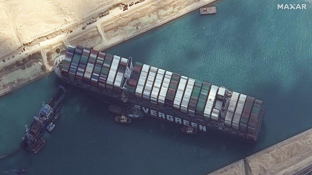 Tàu Ever Given bị mắc kẹt trong 6 ngày tại kênh đào Suez. Ảnh: BBC
