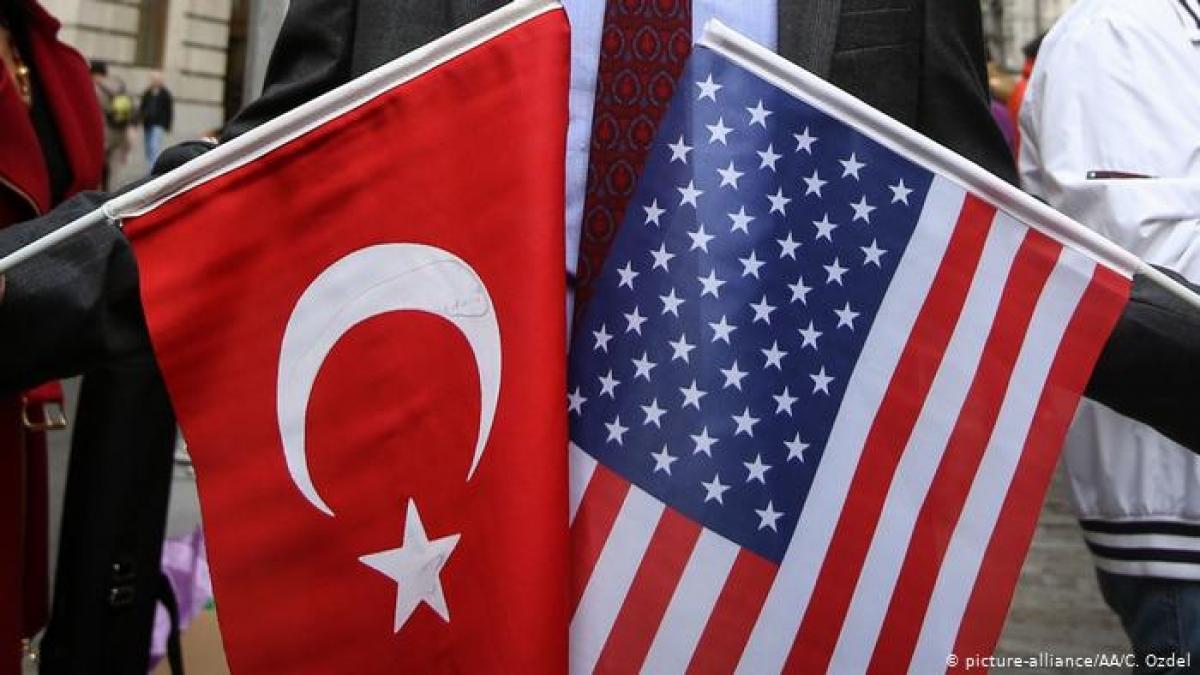 Cờ Thổ Nhĩ Kỳ và Mỹ. Ảnh: Ozdel.