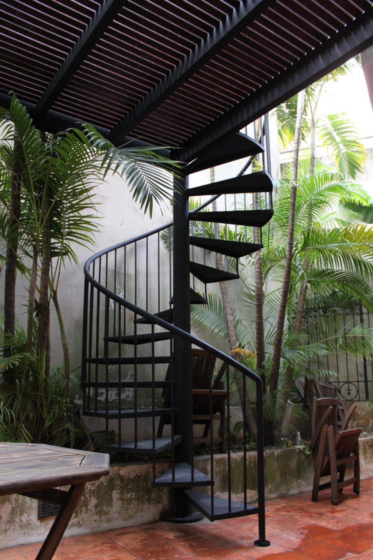 Cầu thang lên mái nếu làm thuận tiện dễ sử dụng cũng là lối thoát hiểm hiệu quả.
