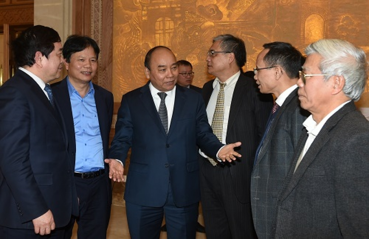 Thủ tướng Nguyễn Xuân Phúc trao đổi với các chuyên gia kinh tế
