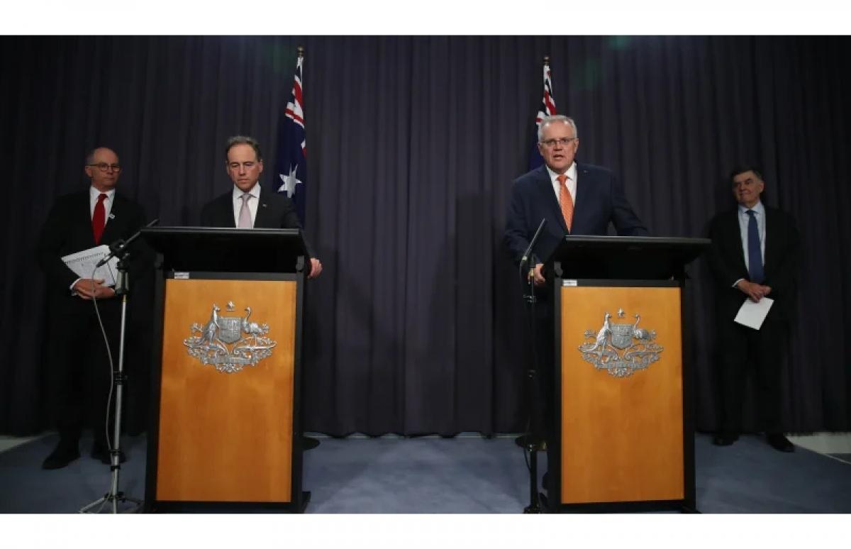 Thủ tướng Australia Scott Morrison (bên phải) và Bộ trưởng Y tế Australia Greg Hunt (bên trái) cùng các quan chức y tế cấp cao trong cuộc họp báo vào tối 8/4. Nguồn: Alex Ellinghausen