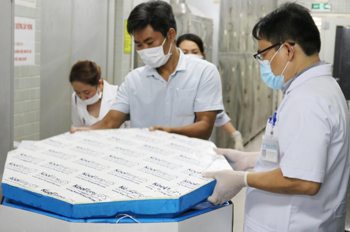 Bệnh viện Chợ Rẫy tiếp nhận thuốc và cho vào tủ âm -20 độ C. (Ảnh BVCC)