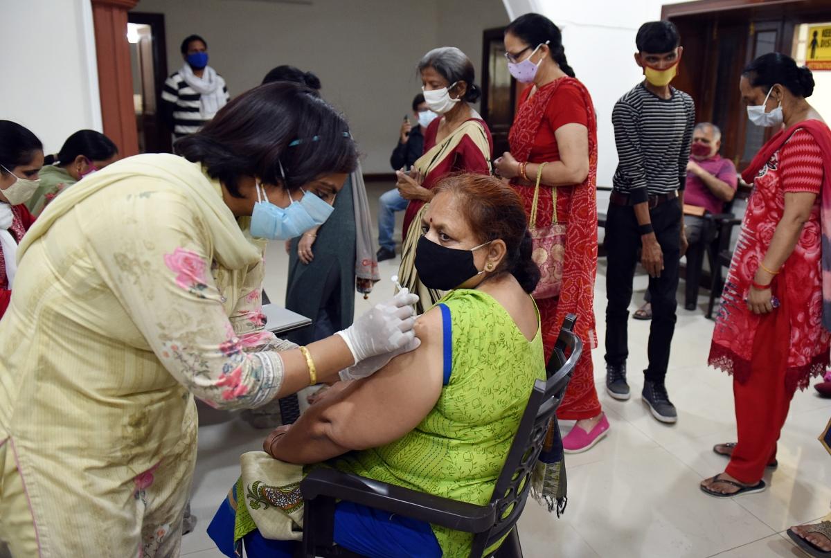 Nhân viên y tế tiêm vaccine Covid-19 cho người dân tại thành phố Gurugram, bang Haryana, Ấn Độ (Nguồn: ANI)