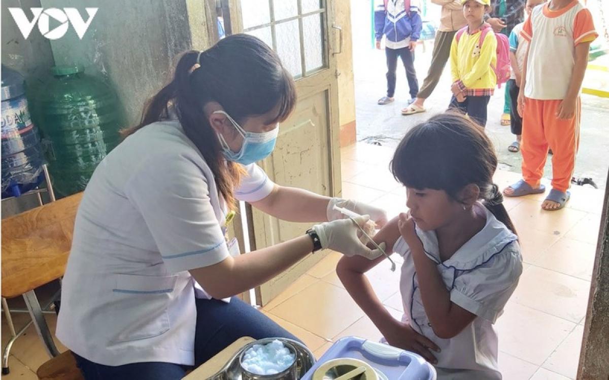 Cán bộ y tế ở Đắk Lắk tiêm vaccine phòng bệnh cho trẻ.