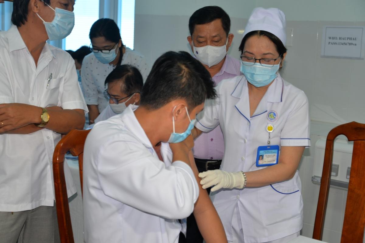 Cán bộ y tế Bệnh viện đa khoa tỉnh Vĩnh Long được tiêm đầu tiên sáng 20/4.