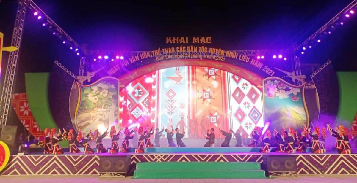 Tiết mục biểu diễn của người Dao tại lễ khai mạc.