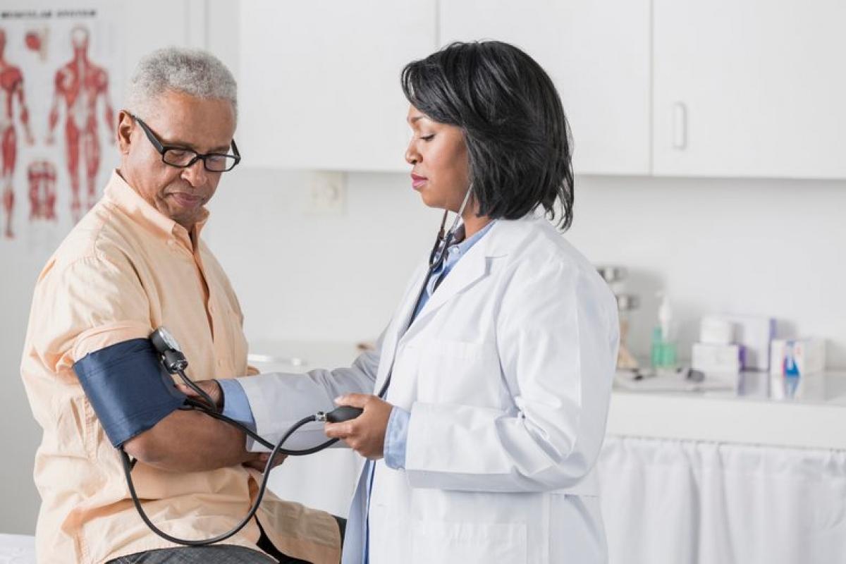 Huyết áp cao: Một trái tim khỏe sẽ duy trì một mức huyết áp bình thường. Mức huyết áp cao có thể làm tăng nguy cơ bị đau tim, đột quỵ, hoặc mắc các bệnh tim mạch. Nếu huyết áp của bạn không thể hạ về mức bình thường, nó có thể tổn thương động mạch và gây tình trạng tắc động mạch do xơ vữa.