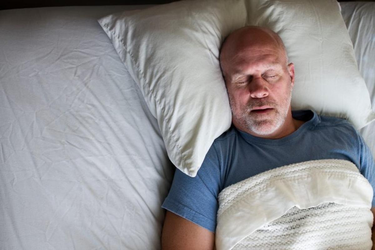 Ngáy ngủ hoặc khó thở khi ngủ: Chứng ngưng thở khi ngủ thường khiến người bệnh ngáy ngủ và ngưng thở theo từng đợt khi ngủ. Bệnh lý này có thể làm tăng nguy cơ đau tim hoặc rung nhĩ - một dạng rối loạn nhịp tim.
