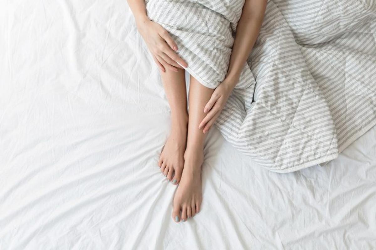 Rụng lông chân: Rụng lông chân có thể là dấu hiệu cho thấy chân bạn thiếu oxy do mạch máu co lại, làm giảm lượng máu lưu thông đến chân. Không được cung cấp dinh dưỡng từ máu, các nang lông không thể phát triển.