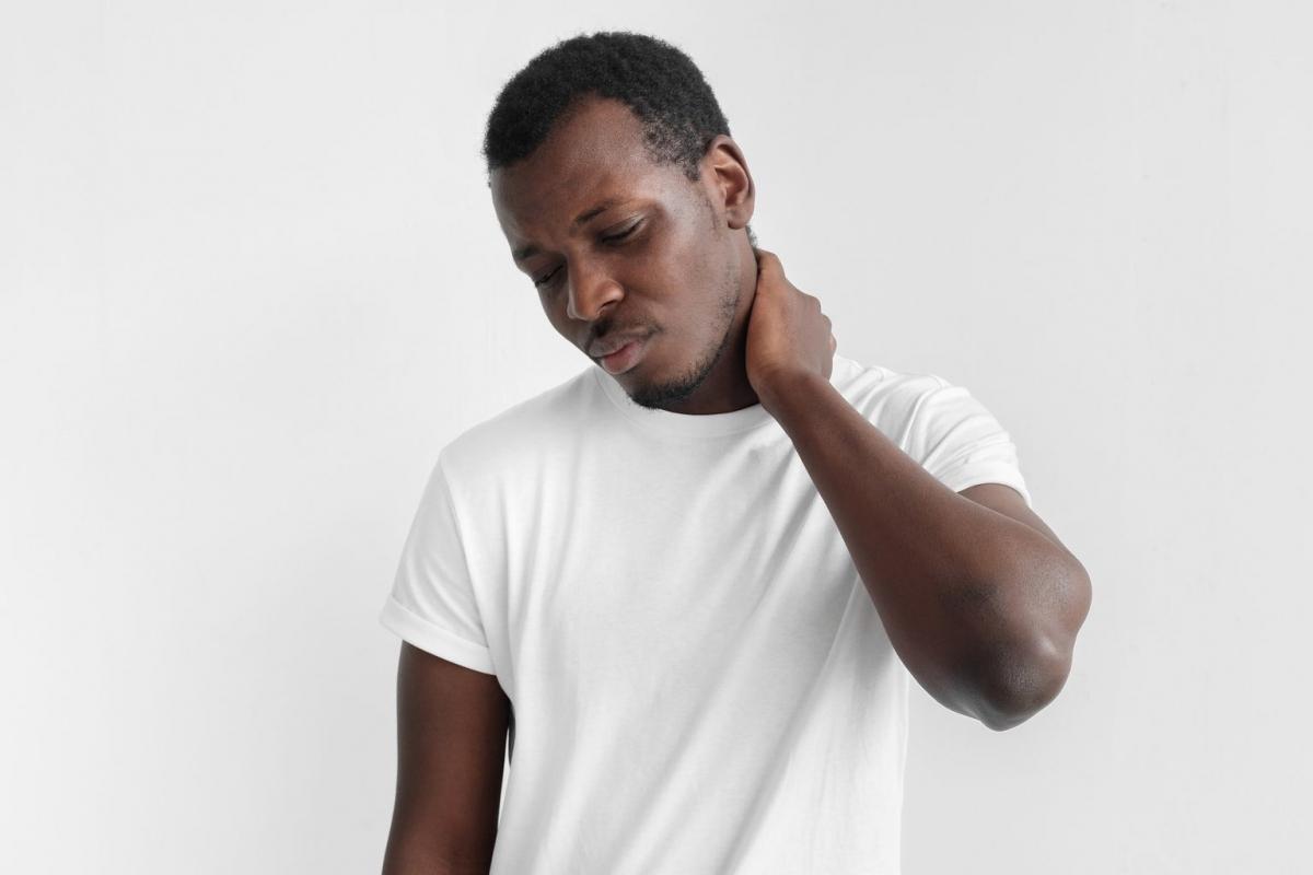 Đau vai gáy hoặc đau quai hàm: Nhiều người cho rằng cơn đau tức lồng ngực là dấu hiệu đầu tiên của các vấn đề tim mach, nhưng trên thực tế, cơn đau có thể bắt đầu từ các bộ phận khác, như cổ hoặc quai hàm. Đau cổ hoặc quai hàm có thể là dấu hiệu ban đầu của chứng đau thắt ngực - một vấn đề tim mạch do tim thiếu oxy.